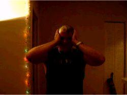 Надул презерватив на голове (видео)