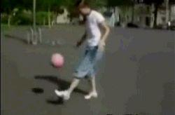 Девченка жжет с мячом.