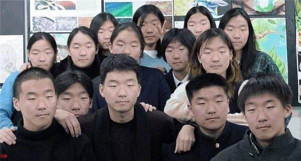 Кто на фотографии уставший? Кто из них близнецы? Кто из них женщина?