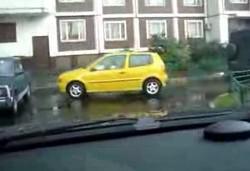 Девушка паркуется. Еле вылез из подстолья.