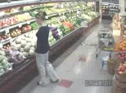 Девушка жжот в супермаркете