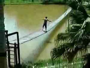 Миссия невыполнима: пройти подвесной мостик