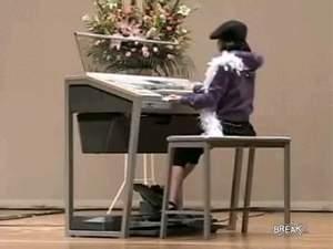 Маленькая девочка нереально отжигает на органе! Обязательно смотреть!