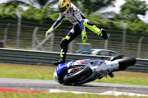 Прикольный фото: мотогонщик бросил мотоцикл и продолжил гонку бегом :))) 3 фото