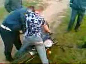 Обдолбаный мотоциклист не сдаётся врагам!