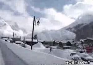 Городок накрыло снежной лавиной