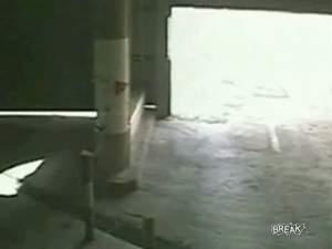 Байкер против гаражных ворот