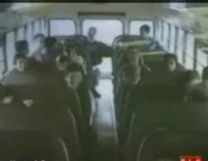 Парень спасает школьный автобус от катастрофы