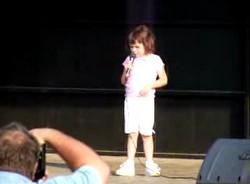 Маленькая девочка зажигает вечеринку. РИАЛЬНЕ.