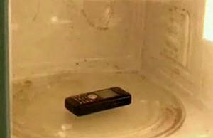 Мобильник в микроволновке. Жесть О_О