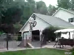 Экстремальный прыжок на велосипеде