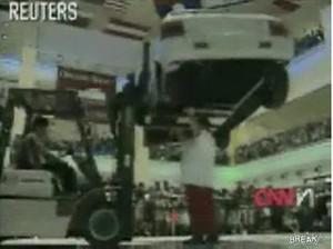 Мегамонстр держит машину головой O_O