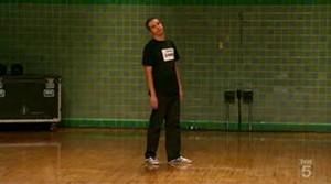 Мегаотжиг: парень нереально танцует O_O