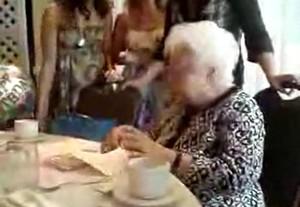 У вашей бабушки скоро день рождения?