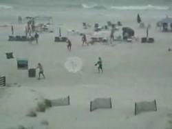 На пляже зонтики пошли войной на отдыхающих ^_^
