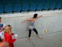 Красна девица танцем жжот сердца людей